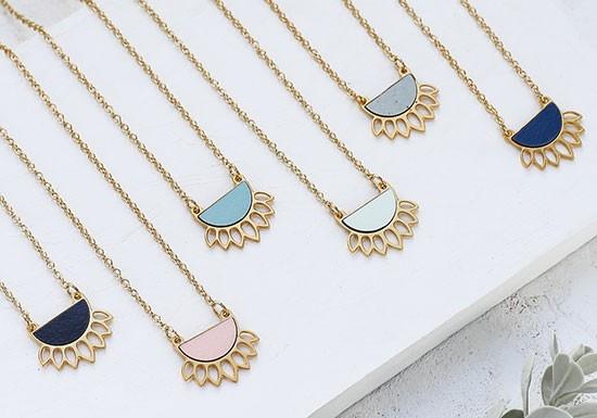 Collier Sana (coloris au choix)